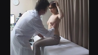 都市型産婦人科クリニックFile17 淋病で受診 色白美乳美人K・Iさん(20歳)の美乳を揉みまくり